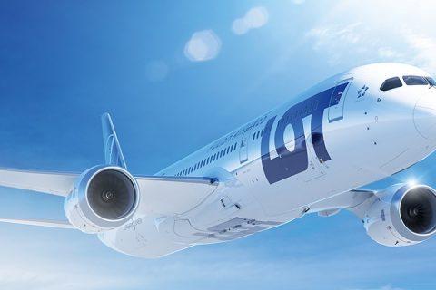 LOT. Lecący samolot pasażerski na tle nieba.