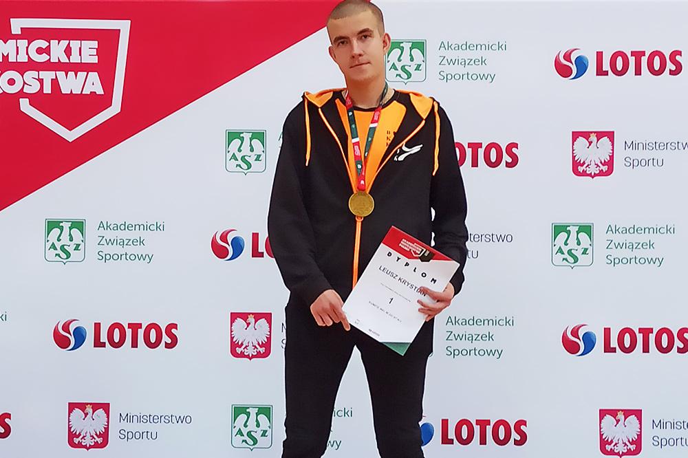 Krystian Lelusz ze złotym medalem i dyplomem