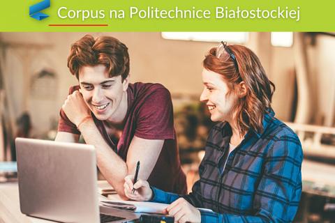 Corpus na Politechnice Białostockiej. Studentka i student projektują na laptopie