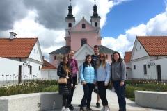 Studenci SKN OBIEŻYŚWIAT na tle Klasztoru w Wigrach